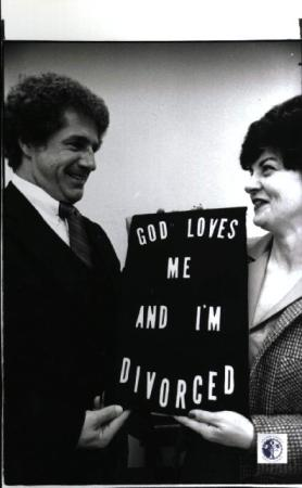 Image: di01316 - Paul Harmeling, 41, and Cathy Stratman display the slogan for the Conference of the Divorced, Separated....