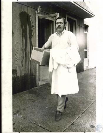 Image: di03760 - Joe Blaine clears out Covington abortion clinic pursuant to agreement with landlord Sam Burns