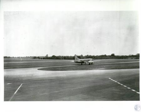 Image: di10054 - aircraft landing and taxiing