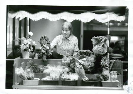 Image: di10109 - Kim Poe, 19, sells flowers from her