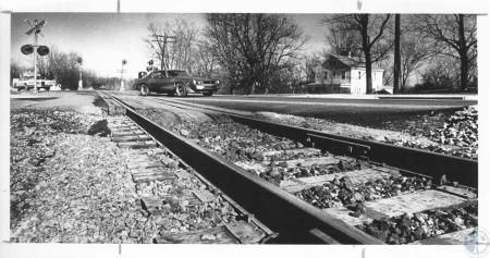 Image: di10868 - Vehicle crossing L&N railroad crossing