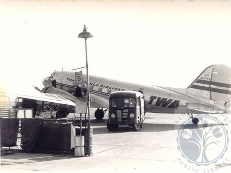 Image: di100512 - TWA DC-3 loading supplies and food