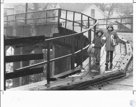 Image: di11464 - Tim and Ricky Caylor crossing over Wagon Bridge