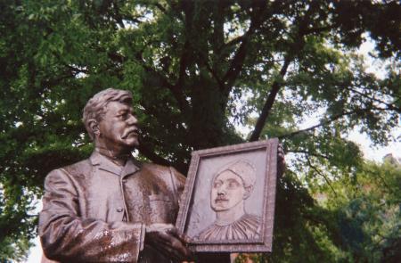 Image: di126228 - Statue. Photograph taken for Covington Photograph Project.