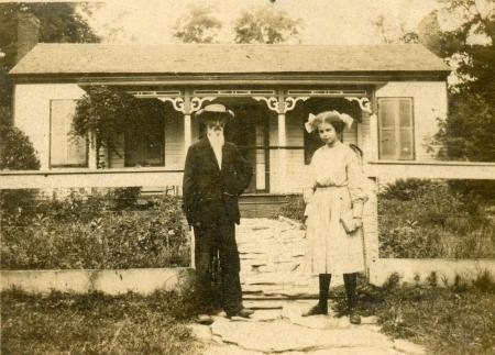Image: di126453 - House in Latonia. Unknown family.