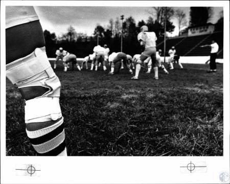 Image: di127976 - Knee of Mike Sutkamp hurt in a previous game