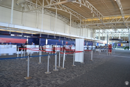 Image: di128341 - Deserted Delta Air Lines counter at the Greater Cincinnati International Airport