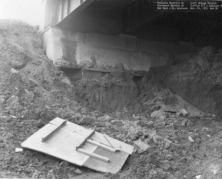 Image: di128504 - Unstable backfill at Northeast section of east bent, Kentucky approach, I-471 bridge project