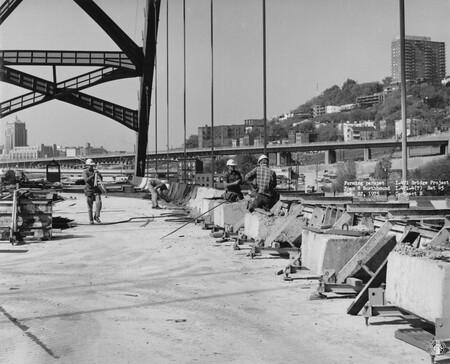 Image: di128630 - Forming parapet Span 8 Northbound, I-471 bridge project