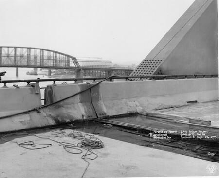 Image: di128632 - Parapet at Pier 8, Southbound expansion dam, I-471 bridge project