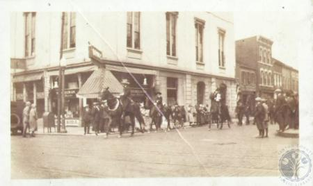 Image: di13296 - horsemen at 5th & Madison in front of Odd Fellows Hall