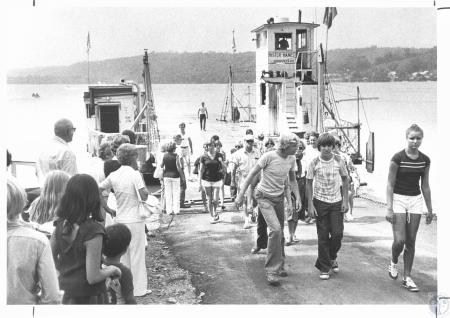 Image: di14340 - people leaving Augusta Ferry