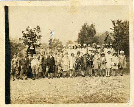 Image: di140105 - Group of children pose for photograph. Carl Folz is Jumbo.