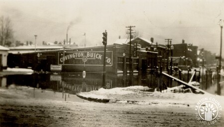 Image: di141010 - Scott St and 6th St during the 1937 flood. A Covington Buick Co. sign is shown in the background.