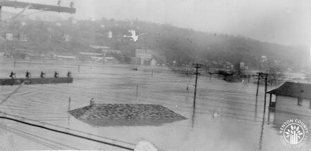 Image: di141032 - Joe's Service Station - pictured underwater during the flood - 15th and Eastern.