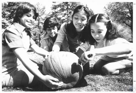 Image: di20502 - Laura Stephens (18), Alma Arceo (14), Khena Wong (15) and Alerandra Pratt (15) at VMA