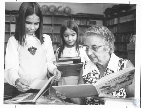 Image: di20700 - Julie Spencer (9), Laura Highfield (8), former teacher Mollie Matill, pupils at Lincoln School with former....