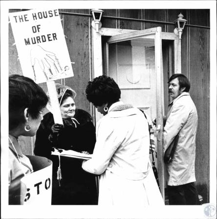 Image: di26182 - Pickets at abortion clinic