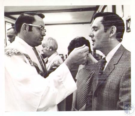Image: di27249 - Dr. Richard DeGraff takes communion