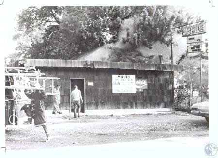 Image: di33636 - Surfwood Lounge burning, arson presumed