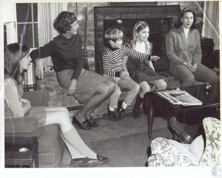 Image: di35577 - Nancy Cook (2nd left) and family