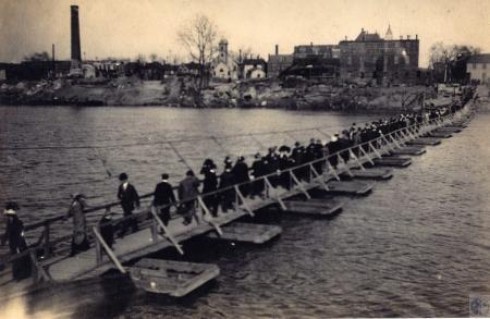Image: di44313 - people crossing a pedestrian pontoon bridge