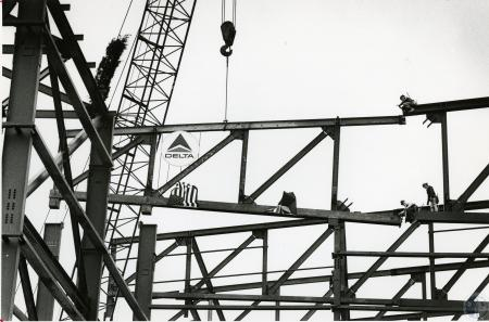 Image: di45482 - topping off of new Delta Airlines hangar