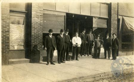 Image: di49428 - Unidentified men outside of storefront