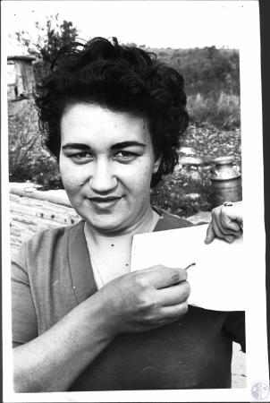 Image: di52193 - Mrs. John Elmore with brown fiddler spiders found in home