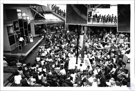 Image: di54887 - In the US pavilion crowds clamored to watch a robot do his act.