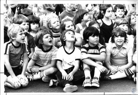 Image: di54963 - Kids watching huge balloon being filled with air at Johnson School (450 kids)