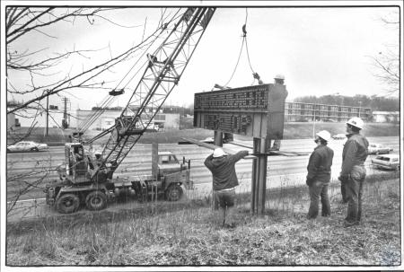 Image: di61646 - Traffic Department Highway crew removes electric message signs on northbound I-75 - Fort Mitchell and....