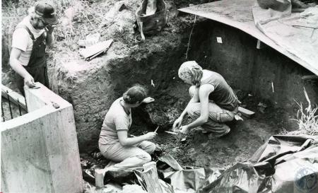 Image: di69494 - Unknown people excavating indian artifacts.