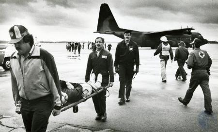 Image: di74931 - Rescue workers and volunteers carry