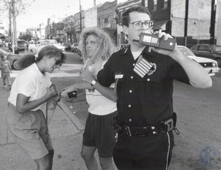Image: di79150 - Unidentified police officer and woman on Newport Street.