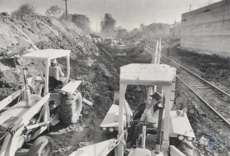 Image: di81839 - Unidentified men and backhoes