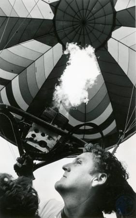 Image: di83488 - Unidentified balloonist heating up air to balloon.