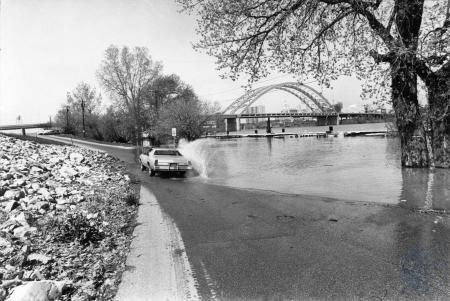 Image: di85317 - Ohio River overflows it's banks.
