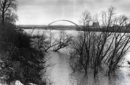Image: di85323 - High water on the Ohio River, from the end of Washington Street, Bellevue.