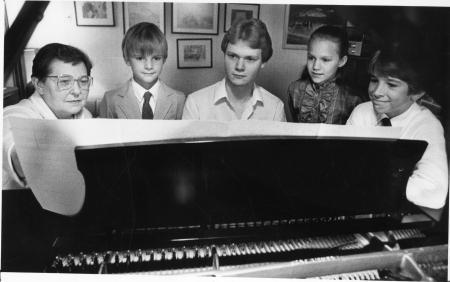 Image: di91053 - Betty Lukashuk, Jonathan Addison (8), Tom Ware (19), Monica Jones (11) and Christian Addison (12), get....