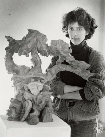 Image: di95622 - Cheryl Pannebecker, Cincinnati, with her sculpture