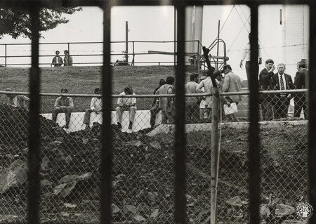 Image: di95965 - Prisoners sit on wall at Eddyville.