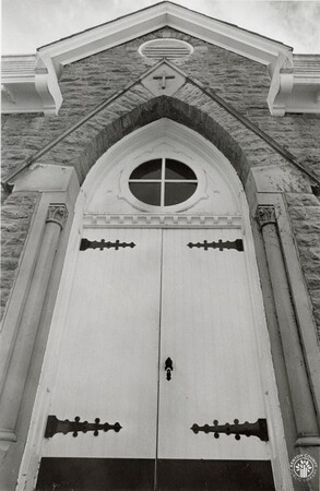 Image: di96133 - The entrance to the chapel at Mother of God Cemetery in Latonia.