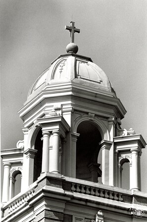 Image: di96653 - Dome on top of building at the Hannaford Apartments on 6th Street in Newport.