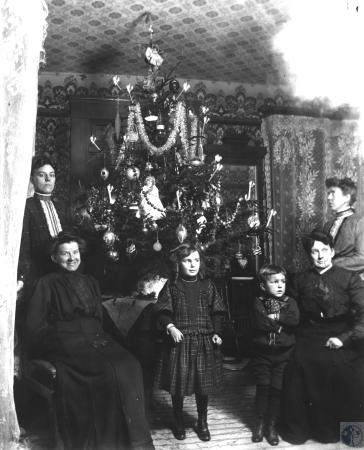Image: kce001038photo - Front row, right to left: Elizabeth Mersman Bayer (Mrs. Edward Bayer), Edward (born 1901), Lillian (children....