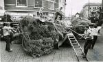 di82949 - Unidentified Covington firefighters unload ...