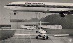 di97126 - A Continental Airlines jet landing at the ...